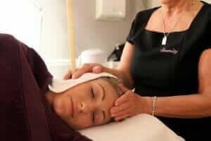 holistic-treatments-being-performed-on-model-at-serenity-hair-and-beauty (1)